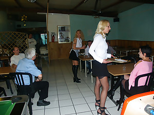 Serveuses anales au restaurant